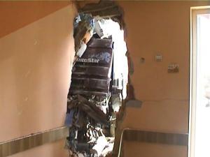 Mehedinti: Un tir s-a oprit intr-un magazin din Bistrita