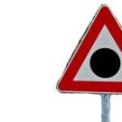 Triunghiul rosu cu bulina neagra in interior este amplasat in zonele cu risc ridicat de accidente