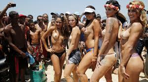 Protest fata de o lege ce interzice femeilor sa faca topless pe plajele din Brazilia