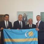 Ambasadorul american Hans Klemm, care  spune despre sine ca e CONFUZ,  s-a fotografiat alaturi de lideri ai UDMR in timp ce tinea in mana steagul Tinutului Secuiesc